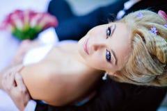 Retrato del blonde atractivo hermoso de la novia en un vestido blanco con la PU Foto de archivo