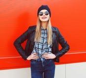 Retrato del blonde de moda que lleva un estilo del negro de la roca Foto de archivo