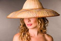 Retrato del blonde de tentación en un sombrero Imágenes de archivo libres de regalías
