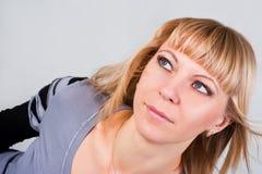 Retrato del blondes de ojos azules hermosos Imagenes de archivo