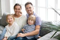 Retrato del bon adoptado abarcamiento multi-étnico feliz de los niños de la familia Fotografía de archivo libre de regalías
