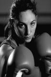 Retrato del boxeador de sexo femenino joven imagenes de archivo