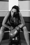 Retrato del boxeador de sexo femenino que se sienta en el ring de boxeo fotos de archivo libres de regalías