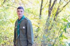 Retrato del boy scout en bosque en Sunny Day Fotografía de archivo libre de regalías