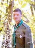 Retrato del boy scout en bosque en Sunny Day Imagenes de archivo