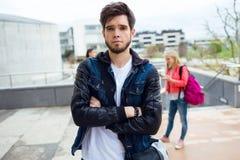 Retrato del boyl bonito del estudiante en la calle después de la clase Foto de archivo