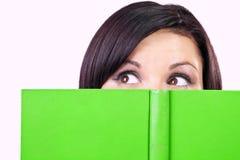 Retrato del brunette con el Libro verde Fotografía de archivo