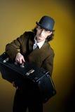 Retrato del caballero retro joven con equipaje Imagen de archivo libre de regalías