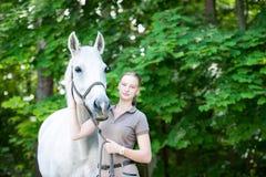 Retrato del caballo blanco hermoso con el adolescente bastante joven Foto de archivo