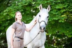 Retrato del caballo blanco hermoso con el adolescente bastante joven Imágenes de archivo libres de regalías