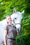 Retrato del caballo blanco hermoso con el adolescente bastante joven Imagen de archivo