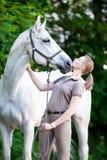 Retrato del caballo blanco hermoso con la señora adolescente bastante joven Imágenes de archivo libres de regalías
