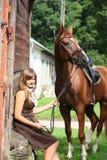 Retrato del caballo del adolescente y de la castaña cerca de la puñalada de madera Fotos de archivo libres de regalías