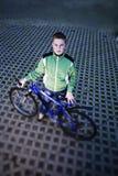 Retrato del cabrito que se coloca con la bici Imagen de archivo