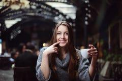 Retrato del café de consumición de la mujer hermosa joven en el café fotos de archivo