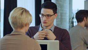 Retrato del café que habla del equipo creativo feliz en la reunión almacen de metraje de vídeo