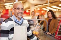 Retrato del cajero del supermercado foto de archivo libre de regalías