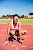 Retrato del calentamiento feliz del atleta de sexo femenino Imagenes de archivo