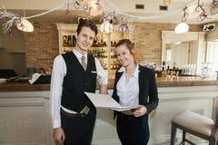 Retrato del camarero y de la camarera felices en restaurante Foto de archivo libre de regalías