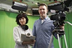 Retrato del cameraman And Floor Manager en estudio de la televisión Imagen de archivo