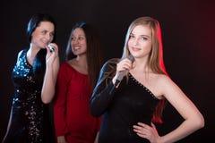 Retrato del cantante rubio hermoso de la muchacha Imágenes de archivo libres de regalías