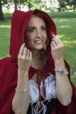 Retrato del Caperucita Rojo en la admiración imagen de archivo libre de regalías