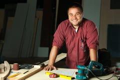 Retrato del carpintero profesional feliz fotografía de archivo