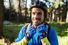 Retrato del casco de la bicicleta del motorista masculino de la montaña que lleva Foto de archivo libre de regalías