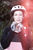 Retrato del casco de la bicicleta del motorista que lleva femenino Imágenes de archivo libres de regalías