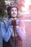 Retrato del casco de la bicicleta del motorista que lleva masculino Fotos de archivo libres de regalías