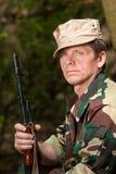 Retrato del cazador con el arma Fotografía de archivo