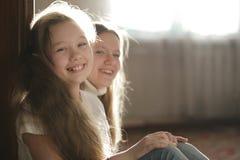 Retrato del chicas jóvenes - adolescentes de las hermanas en casa Foto de archivo