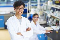 Retrato del científico del laboratorio en el laboratorio Imágenes de archivo libres de regalías