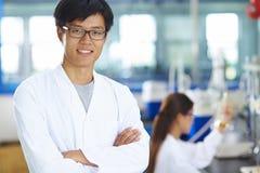 Retrato del científico del laboratorio en el laboratorio Fotos de archivo