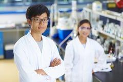 Retrato del científico del laboratorio en el laboratorio Fotos de archivo libres de regalías