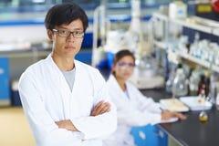 Retrato del científico del laboratorio en el laboratorio Imagen de archivo libre de regalías