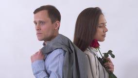 Retrato del cierre triste del hombre y de la mujer para arriba Pares que se colocan con de nuevo a uno a Tiroteo en el estudio en almacen de video