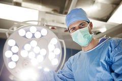 Retrato del cirujano confiado en sala de operaciones fotos de archivo