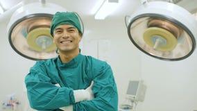 Retrato del cirujano de sexo masculino en teatro de operaciones almacen de video