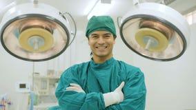 Retrato del cirujano de sexo masculino en teatro de operaciones metrajes