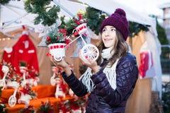 Retrato del cliente femenino cerca del contador con los regalos de la Navidad Imagen de archivo libre de regalías