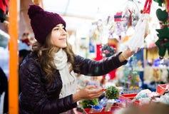 Retrato del cliente femenino cerca del contador con los regalos de la Navidad Imágenes de archivo libres de regalías