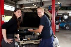 Retrato del cliente y del mecánico felices Fotografía de archivo