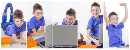 Retrato del colegial lindo que se sienta con los libros y que mecanografía en el teclado del ordenador portátil Imagen de archivo