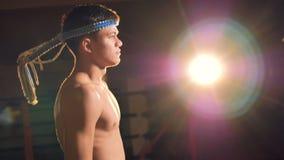 Retrato del combatiente confiado del hombre que va al ring de boxeo 4K almacen de video