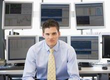 Retrato del comerciante común delante del ordenador Imágenes de archivo libres de regalías