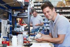 Retrato del componente de In Factory Measuring del ingeniero en el trabajo Benc fotografía de archivo
