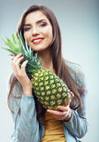 Retrato del concepto de la dieta de la fruta de la mujer con la piña verde Foto de archivo libre de regalías