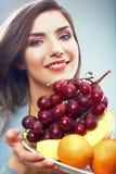 Retrato del concepto de la dieta de la fruta de la mujer con las frutas tropicales Fotos de archivo