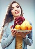 Retrato del concepto de la dieta de la fruta de la mujer con las frutas tropicales Imagen de archivo libre de regalías